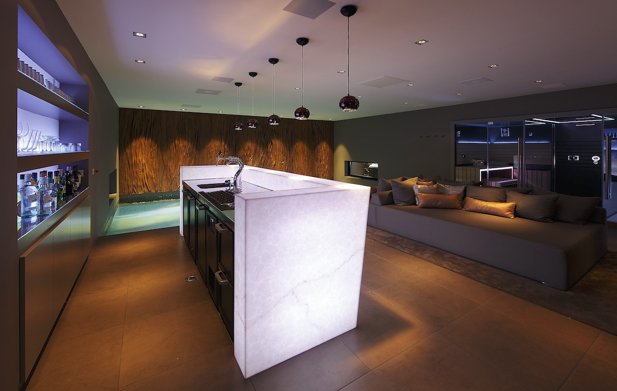 Woning in Schaijk akoestisch plafond zwembad en bar